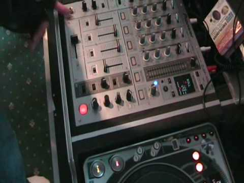 PIONEER DJM-700. Using the Roll feature in the mix demo