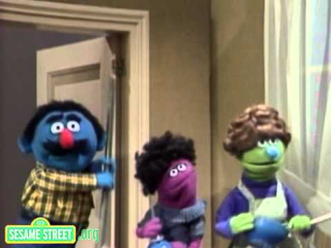 Sesame Street: Daddy Helps With The Dishes