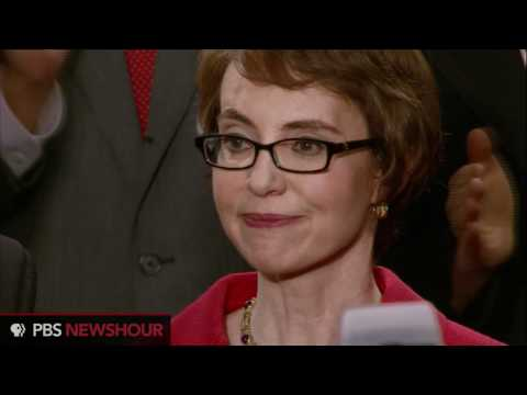 Retiring Rep. Gabrielle Giffords Receives Ovation from State of the Union Crowd