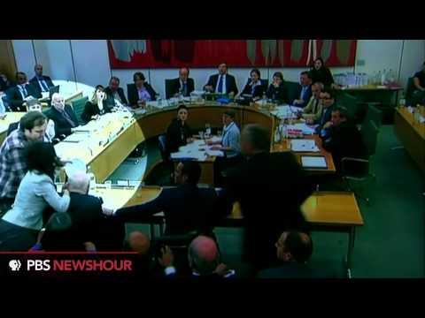 Man Rushes Rupert Murdoch With Plate of Foam (Highlighted Version)