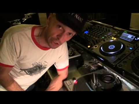 DJ Tutorial,Demonstration How to slow a tune down without using the pitch