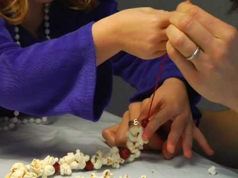 How To Make a Popcorn-Cranberry Garland