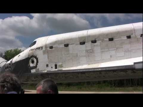 Space Shuttle Discovery arrives at the Smithsonian
