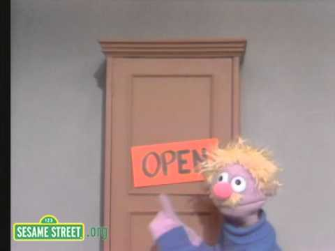Sesame Street: Open the Toy Closet