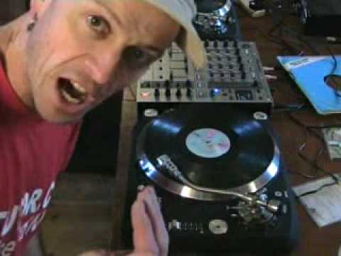 Phasing tutorial with a set of vinyl Turntables.