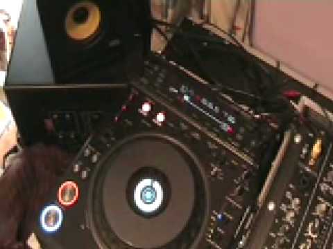 Pioneer DVJ-1000,  Using Cue points, 4 beat loop in the mix.